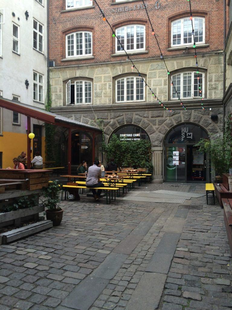 Bastard Cafés hyggelige entré, i central København. Foto af Mille F. Kristensen.